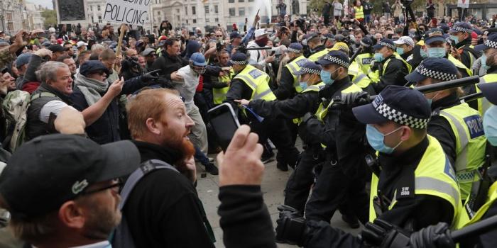 Протести в Лондоні проти карантинних обмежень через поширення коронавірусу закінчилися сутичками з поліцією. Фото – AP / Радіо Свобода