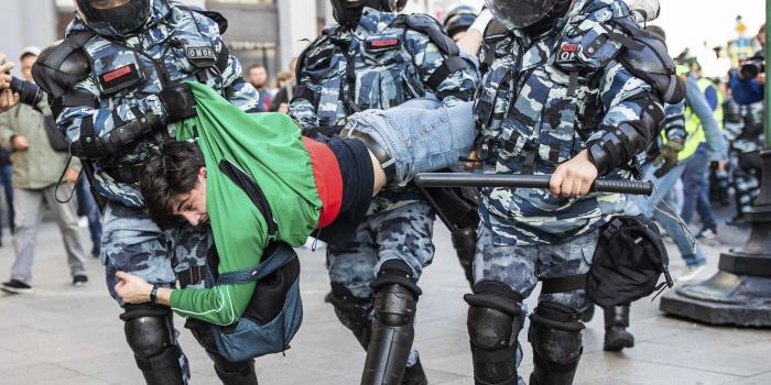 Поліція затримала чоловіка під час акції протесту в Москві, 10 серпня 2019 року. Фото – voanews.com