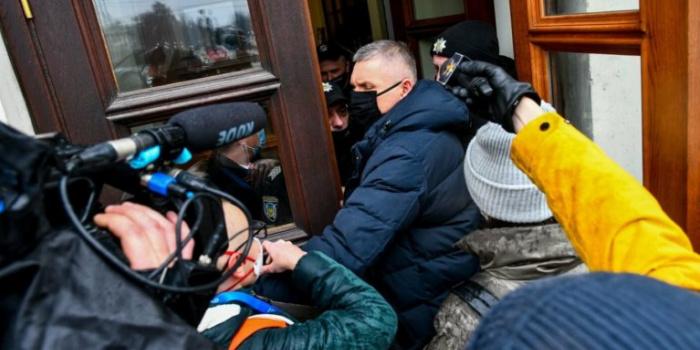 Момент штовхання депутатом журналістки Катерини Майбороди. Фото – 061.ua