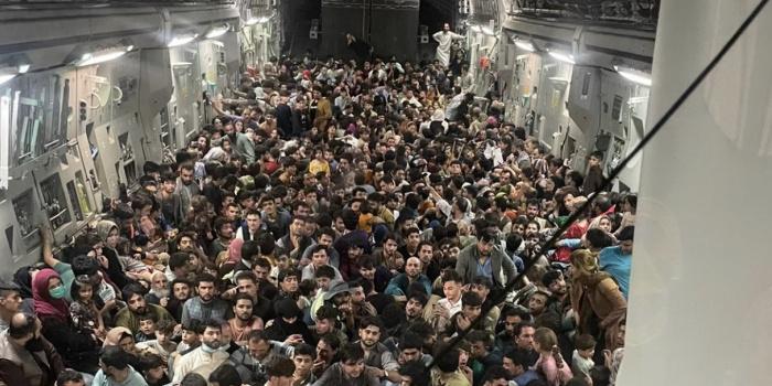 Американський військовий літак евакуює біженців із захопленого талібами Афганістану. COURTESY PHOTO(AFP/RFI)