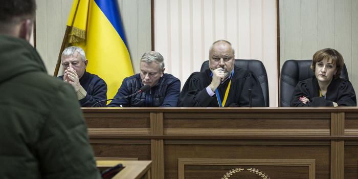Суддя Сергій Дячук (другий праворуч) під час засідання у справі про розстріли на Інститутській. Фото: Анастасія Власова, Громадське