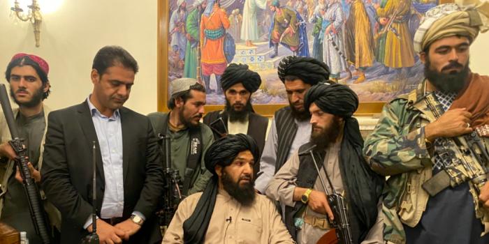 Озброєні таліби в президентському палаці в Кабулі, 15 серпня 2021 року. Фото – Zabi Karimi / AP